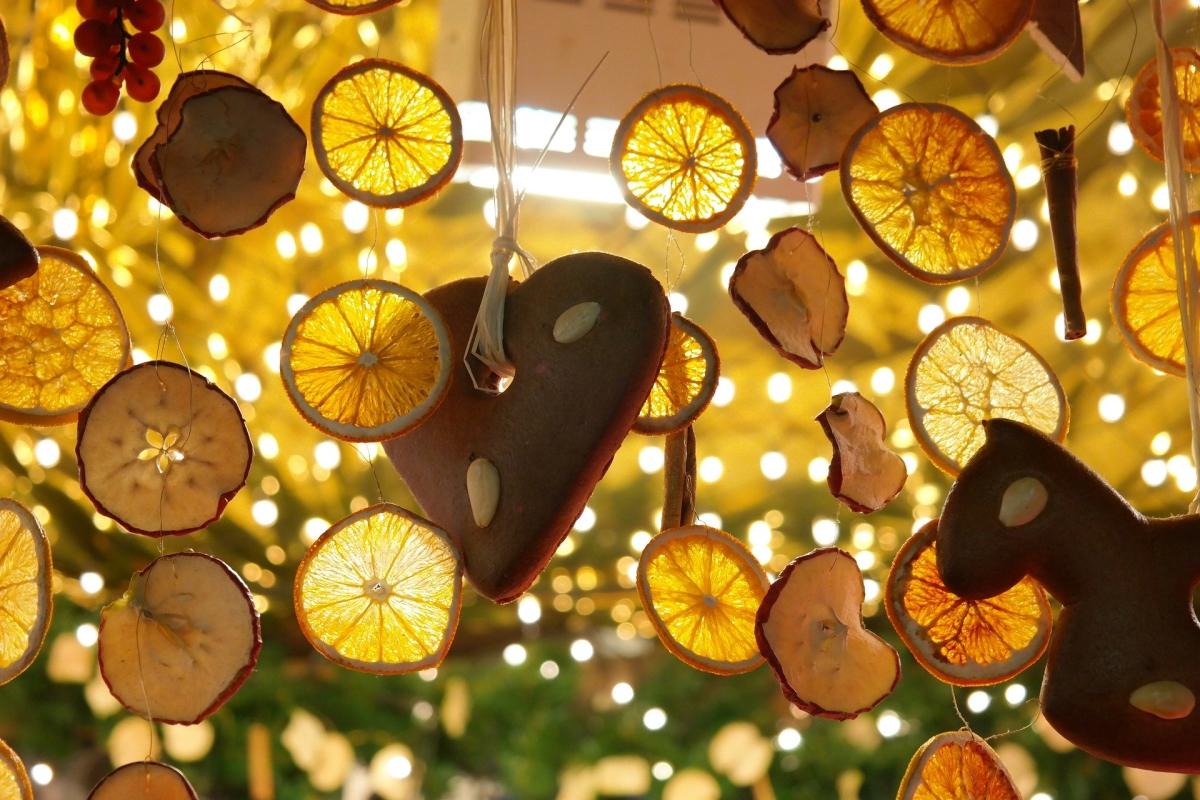 Weihnachtsstand mit Zitronenscheiben